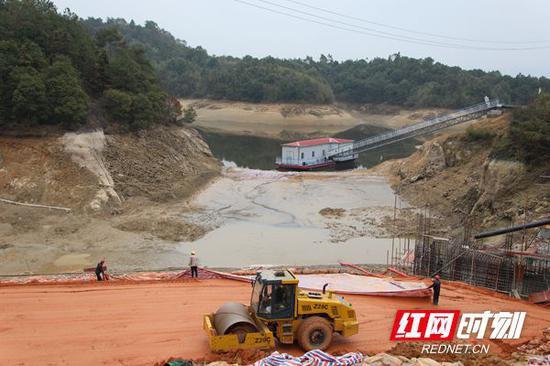 2月10日,省交水建集团湖南百舸水利公司金井除险加固工程正式复工。