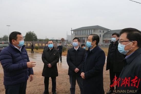 (许达哲在宁乡市东城污水处理厂督导环境治理工作。)
