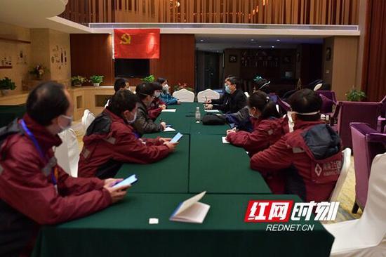 2月11日23时45分,湖南在第三批支援黄冈市医疗队抵达黄冈的第一时间,连夜成立了湖南省支援黄冈市新冠肺炎防治前方指挥部。
