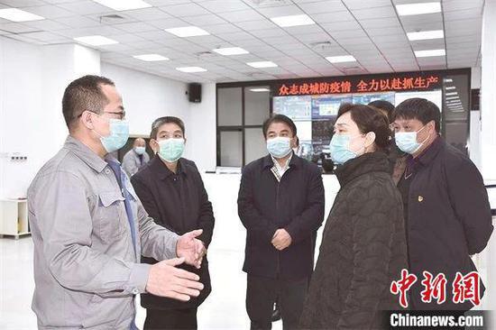 湖南省政协主席李微微(右)在邵阳市指导新冠肺炎疫情防控工作。 湖南省政协供图