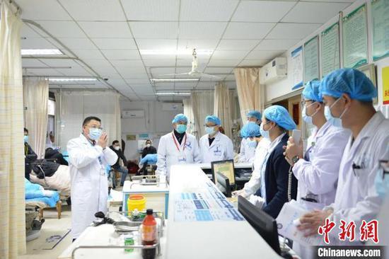 住湘全国政协委员、湘雅三医院院长张国刚和医护人员在疫情防控一线 湖南省政协供图