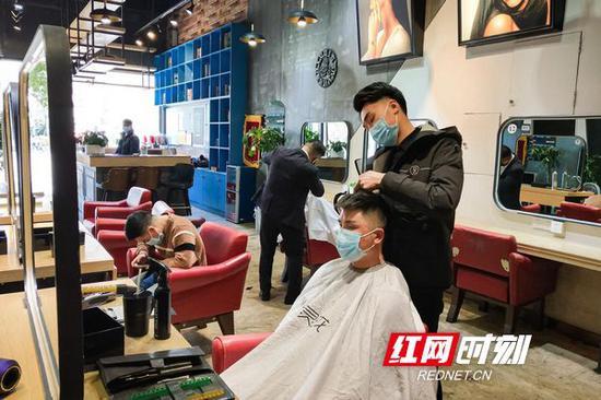 """天心区书院南路的水灵珑理发店,实行预约制,发型师对所有的工具进行消毒,保证顾客的健康安全。长沙人的""""头等大事"""",放心去办!"""