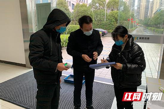 驻企防疫联络员督促落实人员筛查、体温检测、卫生消毒、口罩佩戴等防疫措施。
