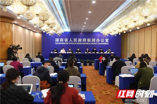 2月26日下午,湖南省政府新闻办公室召开新闻发布会,介绍湖南疫情防控工作以及分区分级精准复工复产、全面恢复生产生活秩序等情况。