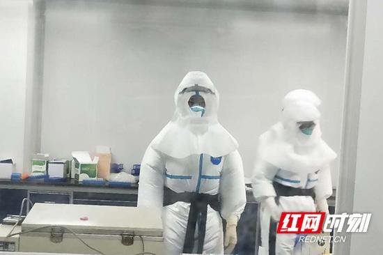 检测人员张如胜2月25日第二次进入实验室工作。