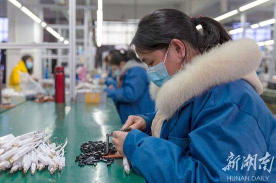 (2月20日,东安县经济开发区菲斯特电子科技有限公司,员工正在加工、制作、包装电子产品。唐明登 摄)