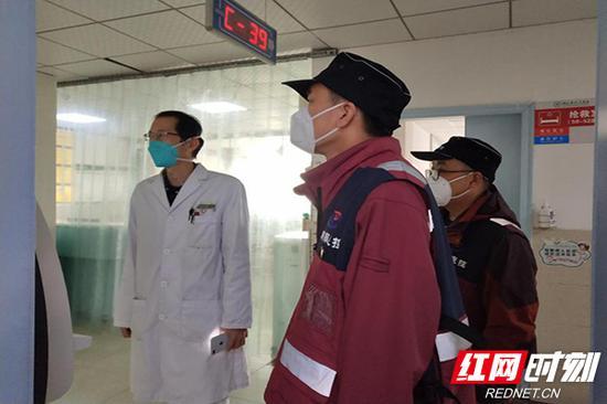 队员正在查看病区布局。