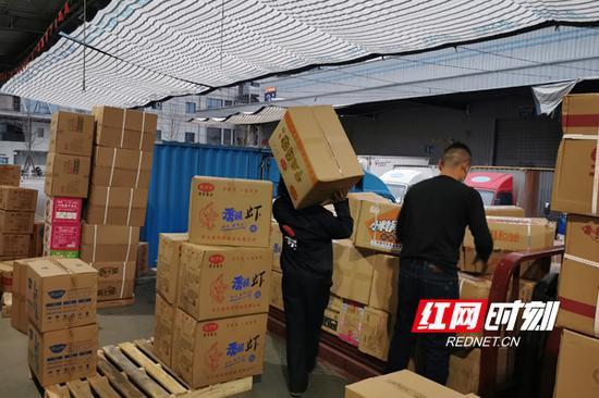 工人们正有序搬运货物。
