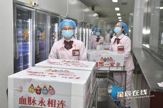 (2月28日上午,湖南省血液中心供血科工作人员将来自长沙、郴州、湘潭等地共同筹备的20万ml红细胞、40个治疗量的血小板完成出库。)