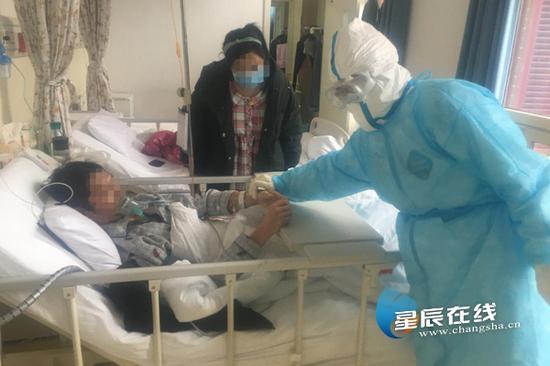 (中南大学湘雅医院新冠疑似病房内,唐勇军正在查房中。 通讯员供图)