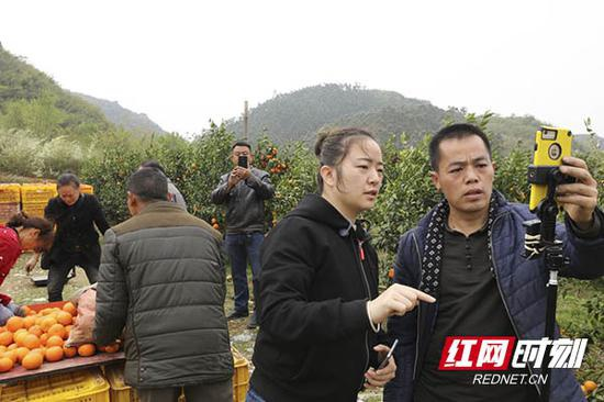 江永县肖浦镇工业园社区马河村返乡青年蒋秀旺正在直播。
