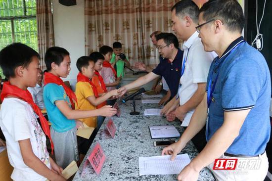 安仁县:发放部分困难学生补发乘车补贴。