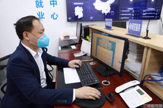 """(2月18日,长沙理工大学举行首届视频双选会,率先在全省高校实现""""无接触""""招聘。)"""