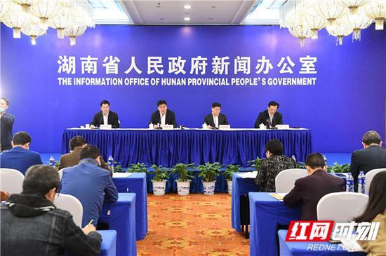 3月20日下午,湖南省政府新闻办举行新闻发布会,介绍湖南省坚持节水优先,建设幸福河湖有关情况,并答记者问。