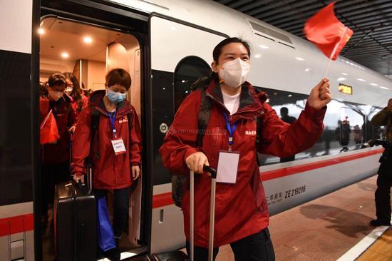 """""""我们回来了!""""22日下午16时4分,湖南支援黄冈医疗队抵达长沙高铁南站。"""