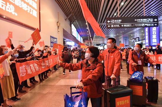 此次从黄冈返湘的有574名医疗队员,目前,湖南仍有45名医疗队员驻守在黄冈市,继续协助该市开展医疗救治等相关工作。