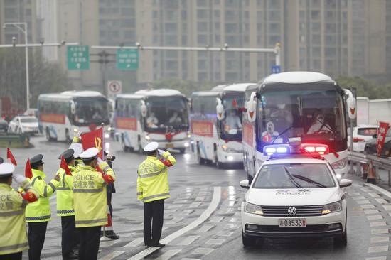 """""""向英雄敬礼。""""湖南省高速公路警察局长沙支队的交警们,在雨花收费站欢迎医务人员回家。"""