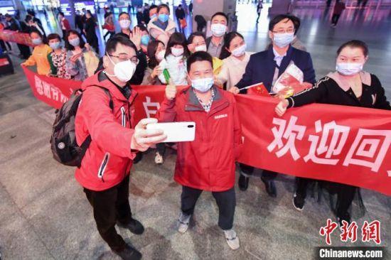 湖南支援湖北医疗队617名队员返湘归来。 杨华峰 摄