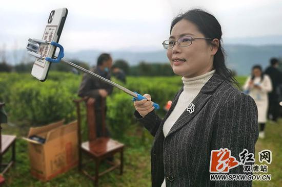 永州双牌县委常委、宣传部长唐俊正在茶园直播。