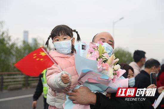 4月1日,抱着鲜花等待英雄妈妈的回家。