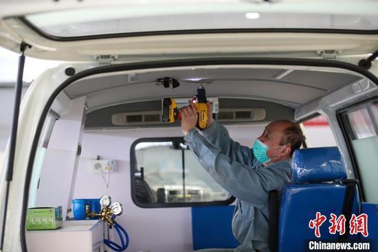 工人正在生产负压式救护车。 于海洋 摄