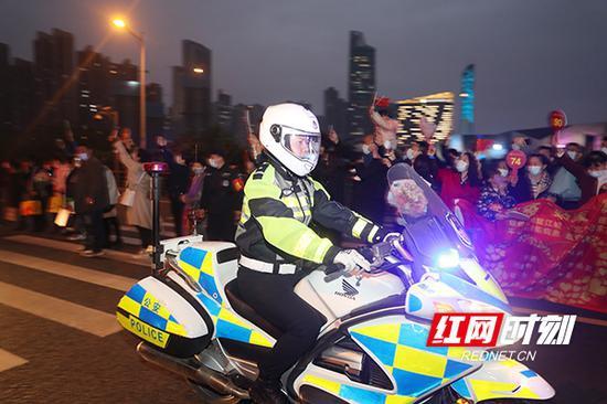4月1日,交警以最高规格欢迎他们的归来。