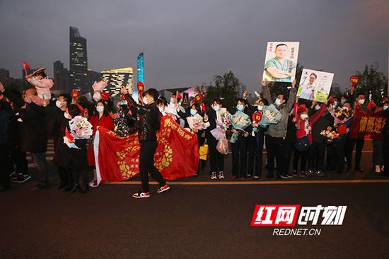 4月1日,中南大学湘雅医院第三批医疗队共计131人,载誉返湘。前来迎接他们的家属,早早就在这里等待他们的到来。