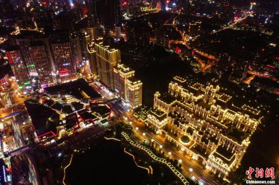 资料图:贵阳市区灯火通明的城市商圈和步行街。 瞿宏伦 摄