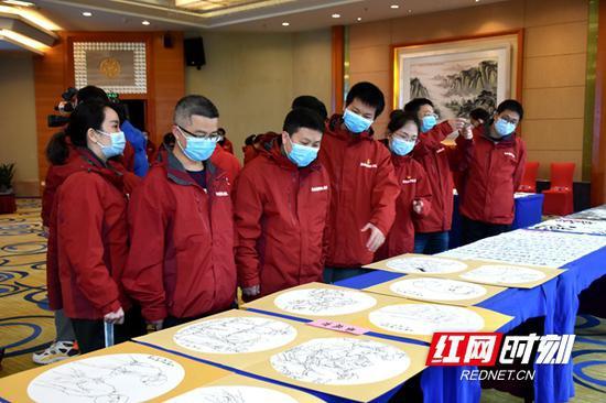 """除""""致敬战疫英雄""""免费观演卡外,现场还为湖南支援湖北医疗队队员们赠送了书法作品等。"""