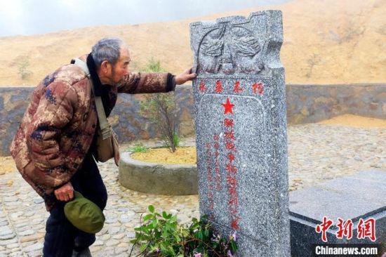 4月3日,胡甫礼老人到烈士墓前祭奠。 通讯员 胡志锋 摄