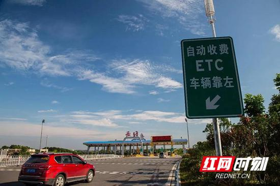 """4月16日10时起,湖南高速各收费站将进入""""一车一杆""""模式。"""