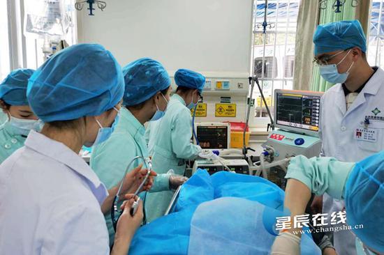 (经过多科室的联合救治,目前,黄先生生命体征平稳。图片由 通讯员 提供)
