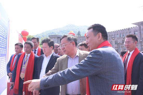开工仪式前,郴州市委书记易鹏飞、市委副书记、市长刘志仁了解项目情况。(汤思柔/摄)