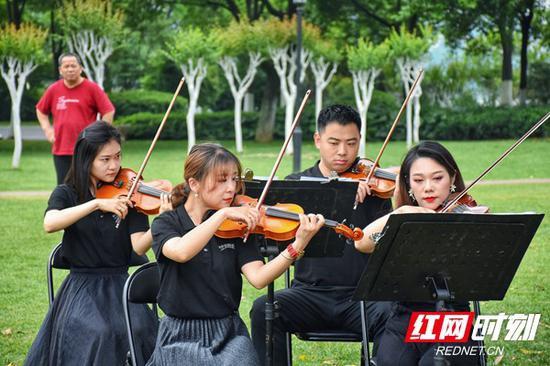 这是长沙市文化旅游广电局首次组织长沙交响乐团在橘子洲景区举办户外音乐会。