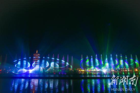 """▲""""五一""""期间,铜官窑古镇举办国风焰火节,吸引了众多游客。"""