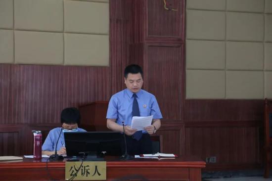 李杰宏检察长宣读起诉书