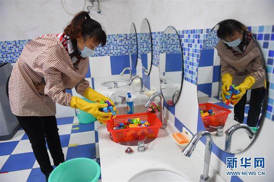 孩子们的玩具会和幼儿静距离接触,更要清洗干净。