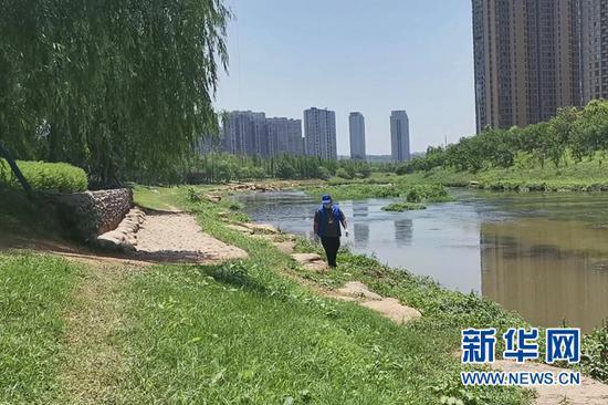 长沙市雨花区圭塘河边,刘常彪正在巡河。