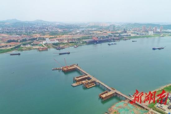 (5月13日,株洲市清水塘大桥正在加紧建设。 湖南日报·新湖南客户端记者 李健 摄)