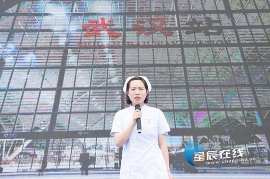 (李晓第一时间报名成为了支援武汉的志愿者,用担当与奉献,让青春花朵盛开在祖国和人民最需要的地方。)
