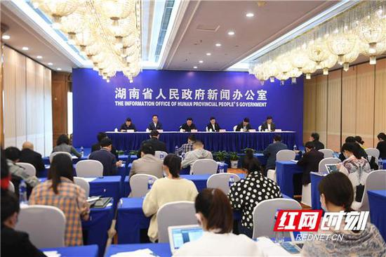 湖南省政府新闻办召开的第六场统筹推进新冠肺炎疫情防控和经济社会发展工作新闻发布会现场。