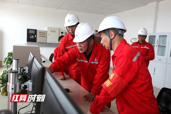 湖南省发改委党组成员、副主任、省能源局局长姚英杰(中)了解输气管道相关情况。