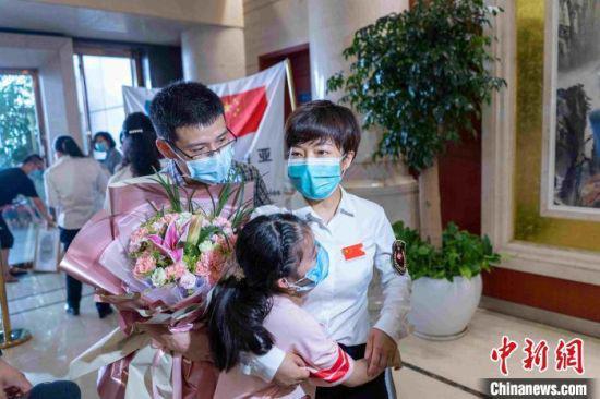 徐芙蓉与九岁的女儿曹予馨紧紧拥抱在了一起。医院供图