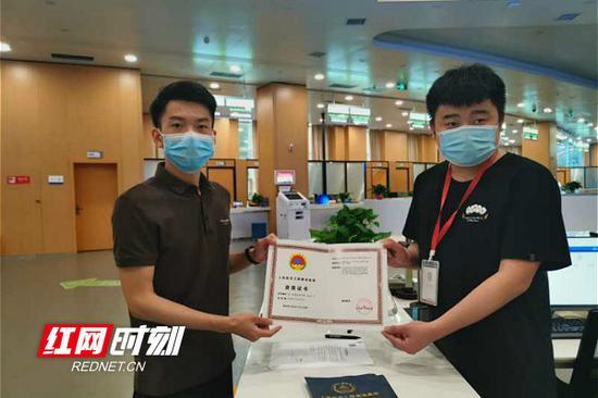 5月21日,湖南省政务服务中心省人防办窗口现场办结的第一笔人防监理许可。