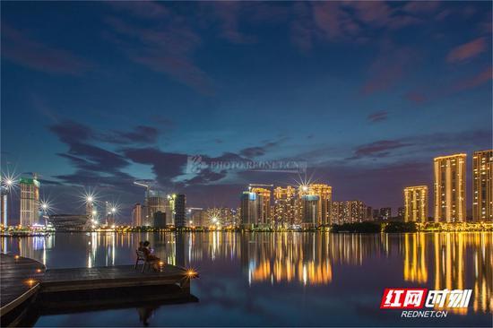 """梅溪湖""""星光""""在夜色下更加闪亮。城市的经济和消费活力在夜晚如此生机勃勃,大概是因为只有在夜里才能抛下一切包袱,展现自己的真实样子吧!图/莫克"""