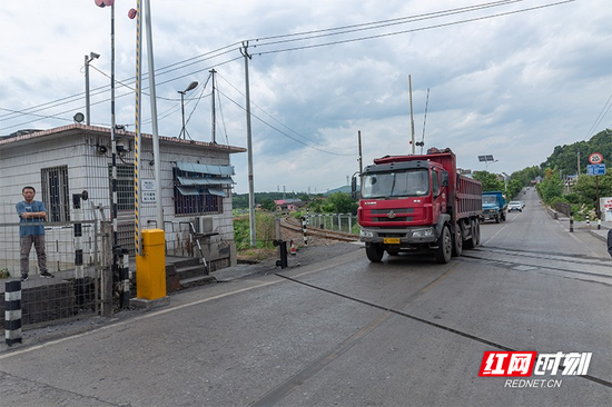 湘红道口和铁路沿线,人车分流,信号灯齐全,监控设备完善。