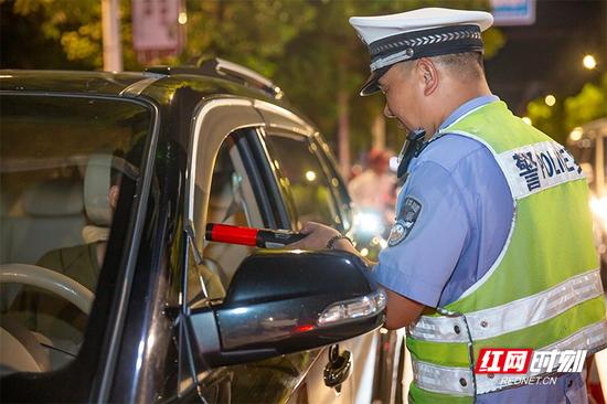 资兴公安交警在翰林路十字路口设查点执勤。