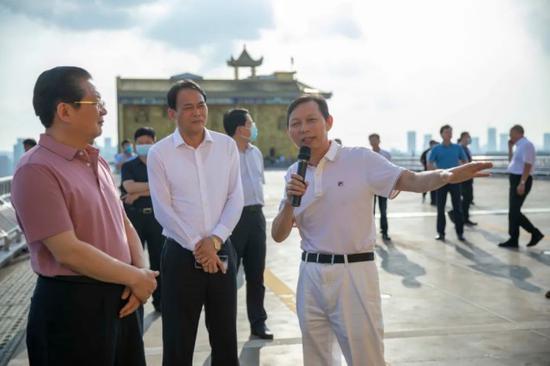 (前排从左至右分别是驻马店市长朱是西、驻马店副市长贾迎战、万家丽集团董事长黄志明)