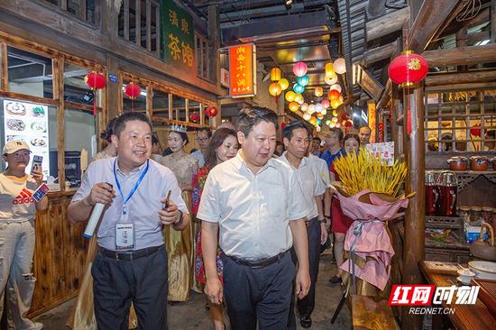 """刘志仁详细了解""""郴州 · 老街上""""的运营管理模式,体验了各个怀旧场景和各类美食。"""