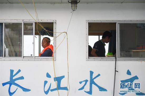 7月5日,长江委水文中游局岳阳分局工作人员准备出船测水流量。 受持续强降雨和上游来水影响,洞庭湖城陵矶水位持续上涨。水文监测数据显示,截至7月5日16时,洞庭湖城陵矶水位达到32.75米,超警戒水位0.25米。当地防汛部门正严密监控水情雨情,备好防汛物资并加强应急值守,力争安全度汛。 新华社记者 陈泽国 摄